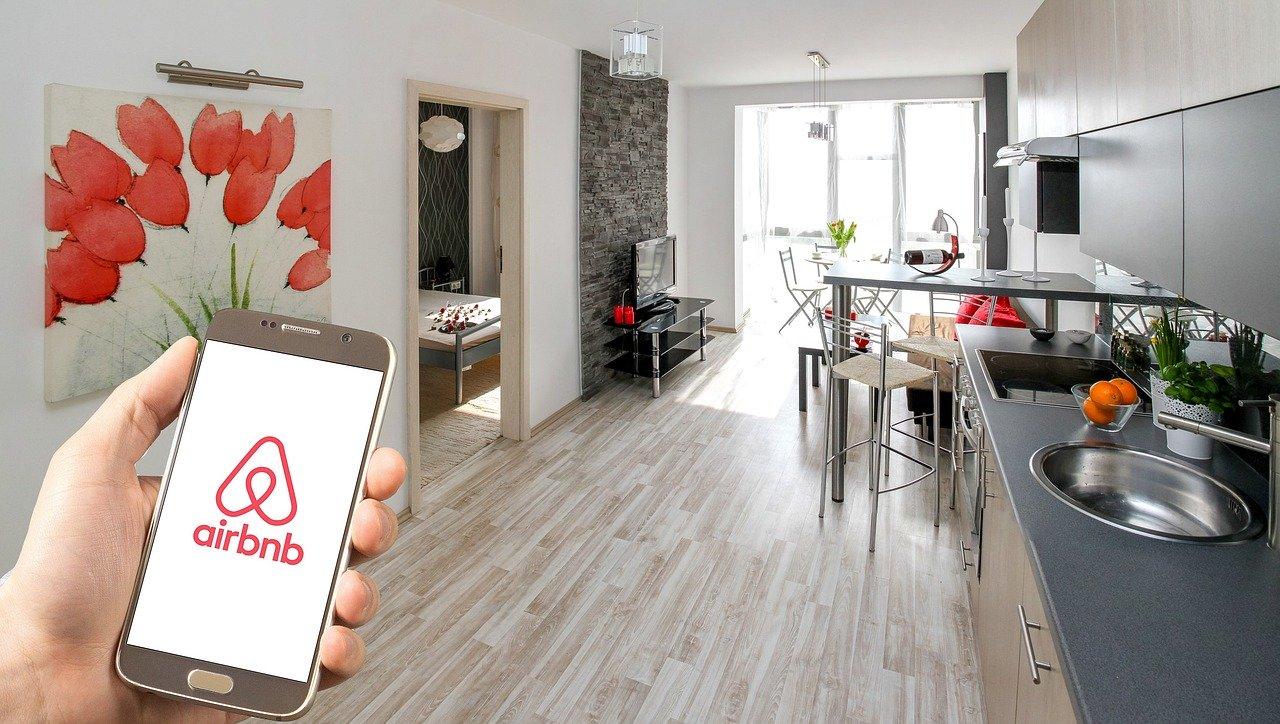 airbnb czy booking.com